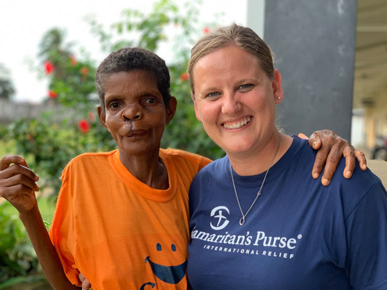 Samaritan's Purse Liberia country director Joni Byker talks with Secoh Mahn as she recovers from her procedure.